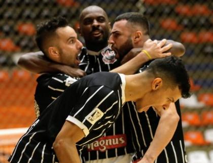 Na raça, Corinthians vence a ACBF e está nas semifinais da LNF